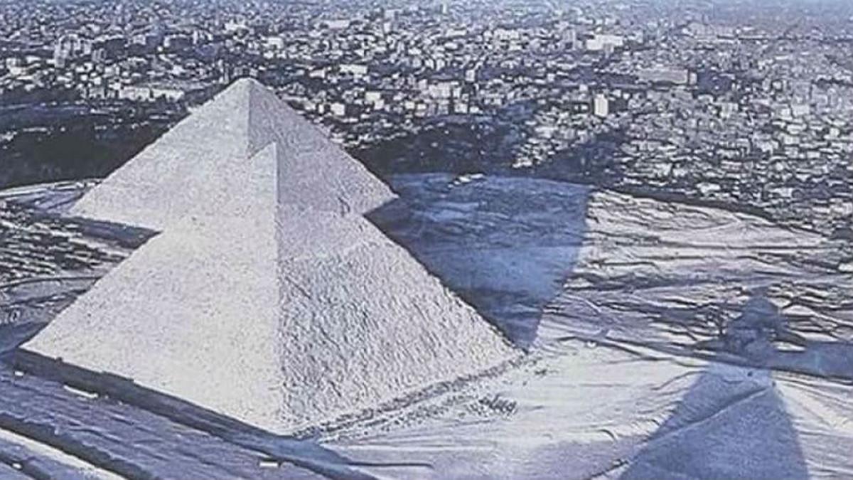 Montaje de las Pirámides de Egipto cubiertas de nieve.