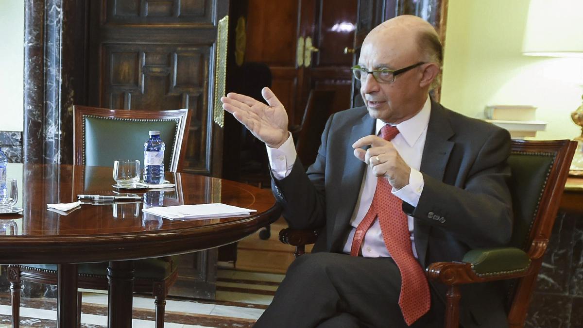 El ministro Montoro advierte con la posibilidad de sanciones a quienes tributen en la Agencia Tributaria Catalana.