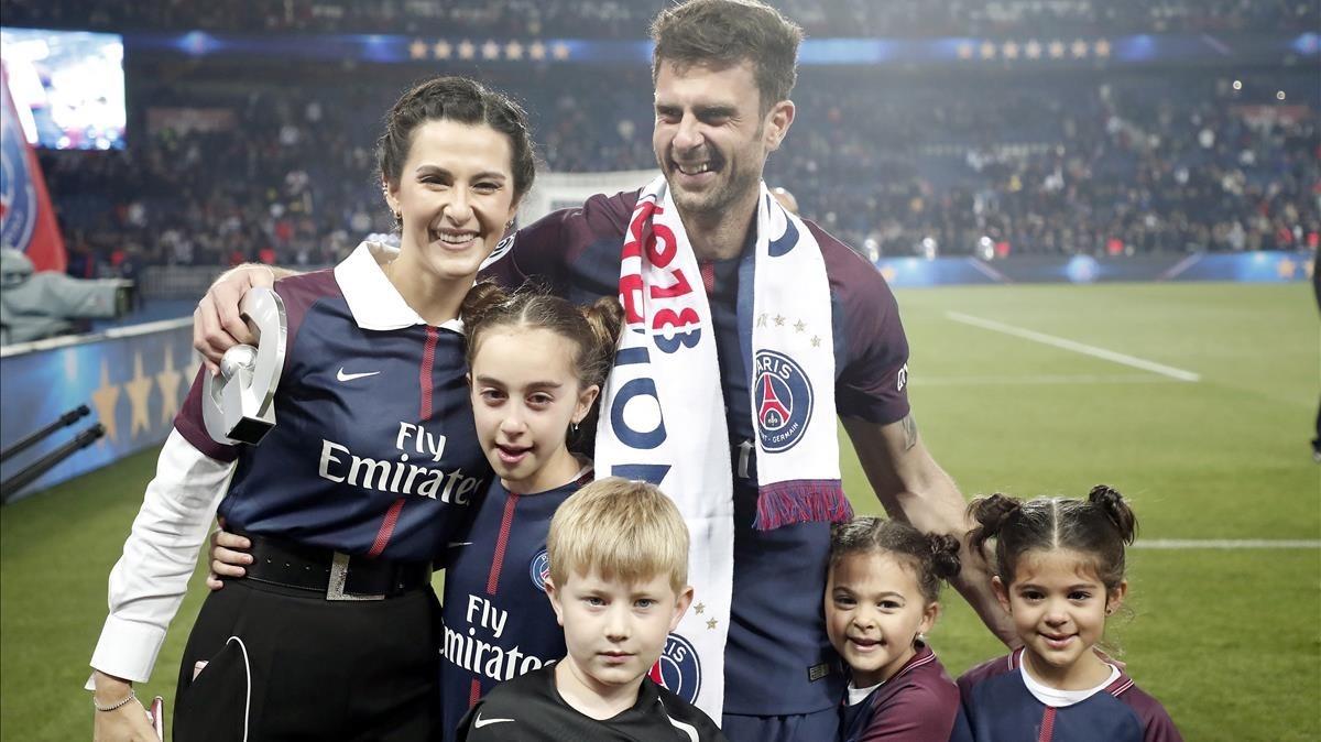Motta se despide de la afición del Paris Sg junto a su esposa y sus hijas.