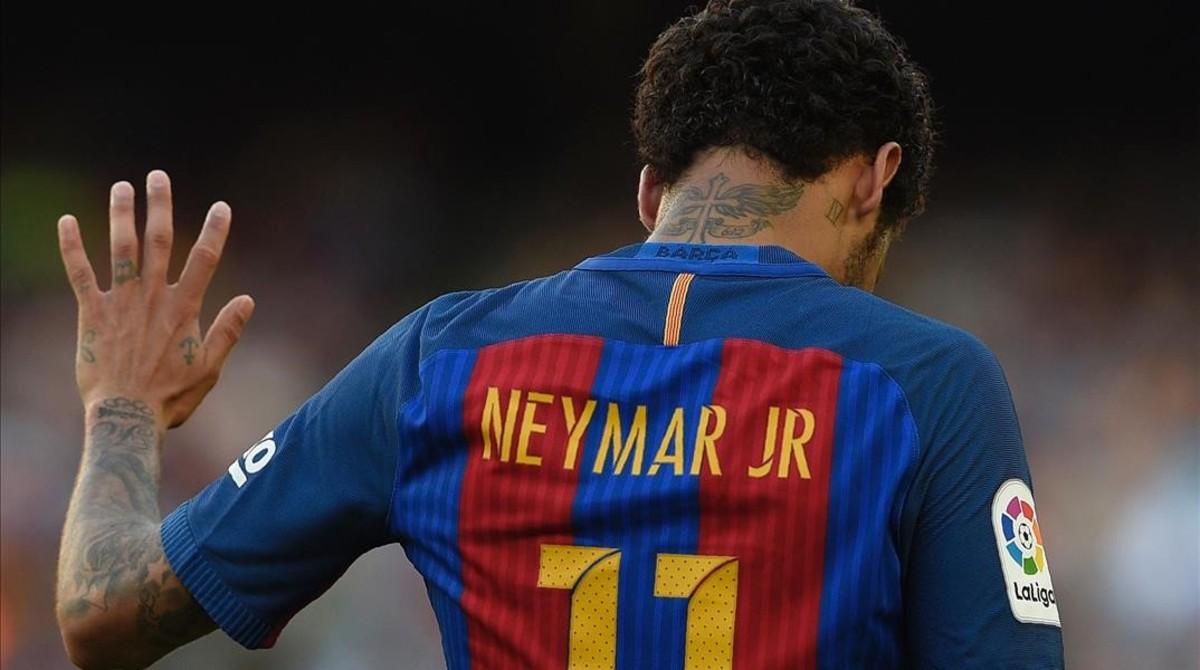 Neymarse disculpa en el partido frente al Villarreal en mayo del 2017.