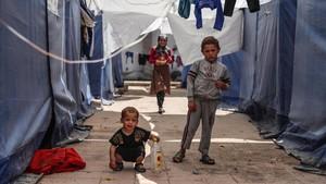 Niños desplazados desde Guta oriental, en Siria, juegan en un campo de refugiados en la ciudad de Atarib, cerca de Alepo.