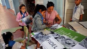 Niños de una escuela de La Habana preparan un mural con imágenes de Fidel Castro para conmemorar el primer aniversario de su muerte.
