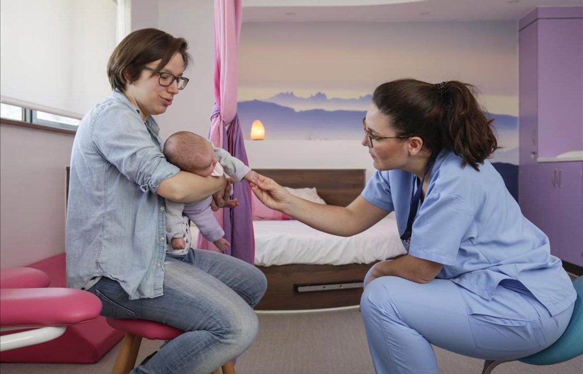 Noemí Valero junto a su hija yla comadrona Roser Palau en la casa de partos de Martorell donde dio a luz