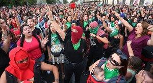 Numerosasmujeres cantan y bailan 'Un violador en tu camino',del grupo feminista Las Tesis, eljueves en Santiago de Chile.