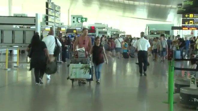 Les aerolínies cancel·len més de 200 vols per les vagues