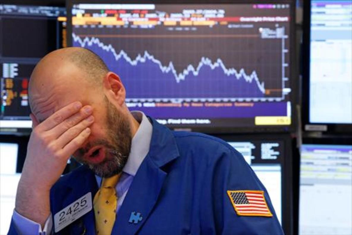 Un operador de la Bolsa de Nueva York reacciona ante el desplome de los índices en febrero.
