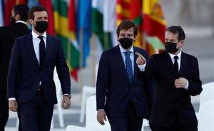 El presidente del Partido Popular, Pablo Casado,acompañado del alcalde de Madrid,José Luis Martínez-Almeida, y el presidente de la FEMP, Abel Caballero, (de izquierda a derecha) a su llegada al Patio de la Armeria del Palacio Real.