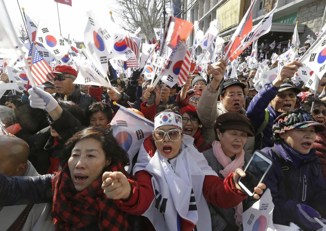 Partidarias de Park Geun-hye protestan la decisión del tribunal.