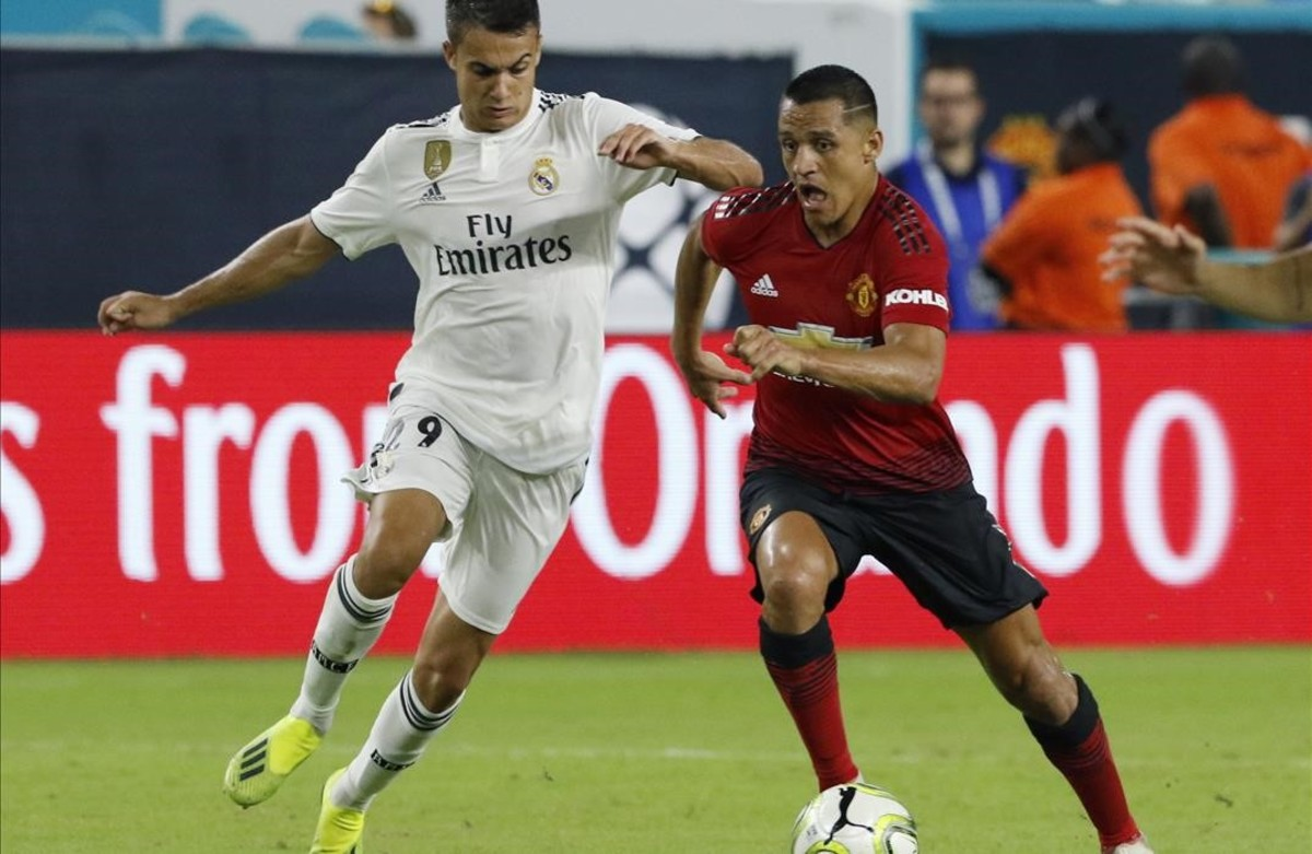 El jugador Sergio Reguilón, del Real Madrid, disputa el balón con Alexis Sánchez, del Manchester United, durante un partido de la Copa Internacional de Campeones.