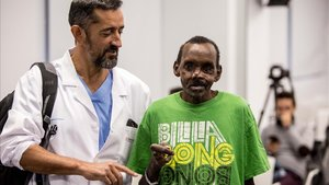 El cirujano Pedro Cavadas con Lonunuko, a quien reconstruyó el rostro y la mano izquierda,en la rueda de prensa de este miércoles.