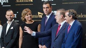 Pedro Sánchez, junto a María Casado y Manuel Campo Vidal antes de empezar el debate