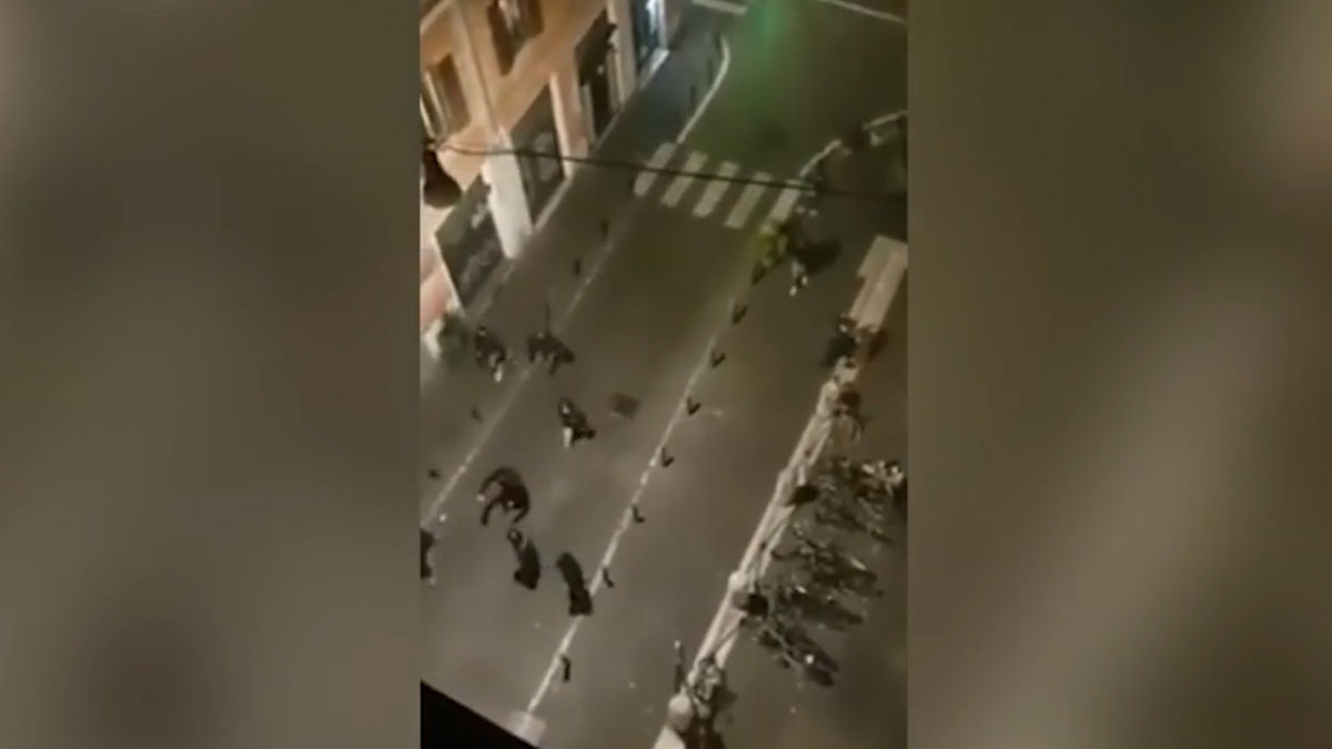 Brutal baralla entre ultres de la Lazio i del Sevilla, amb dos espanyols apunyalats | Vídeo