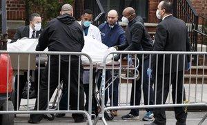 Personal sanitario de un hospital neoyorquino traslada un cadáver de una morgue temporal habilitadapor la falta de espacio como consecuencia de la pandemia de coronavirus.
