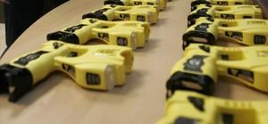 Pistolas Taser distribuidas en una comisaría de policía en Niza.