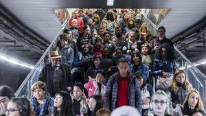 Ciudadanos en Barcelona entrando en el metro