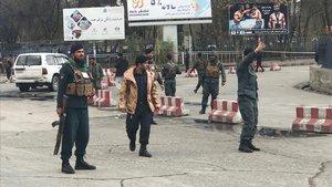 Policías afganos vigilan el lugar de una explosión en Kabul, Afganistan. Imagen de archivo.
