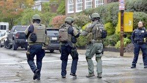 Policías, cerca de la sinagoga atacada en Pittsburgh.