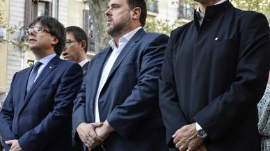 El 'president' Carles Puigdemont, el vicepresidente de la Generalitat, Oriol Junqueras, y el 'conseller' de Exteriors, Raül Romeva, en la ofrenda floral a Rafael de Casanova.