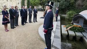 El presidente de la Generalitat, Artur Mas, junto a su equipo del Govern el año pasado en la ofrenda floral a Lluís Companys.