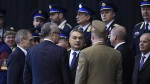 El primer ministro húngaro, Viktor Orbán (centro) atiende una ceremonia de presentación de los nuevos guardias fronterizos, en Budapest, el 7 de marzo.