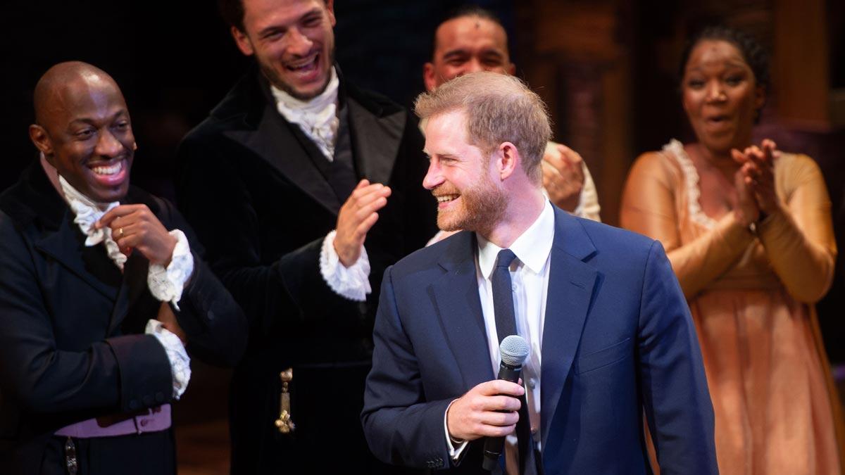 El príncipe Harry se anima a cantar junto a los actores del musical Hamilton.