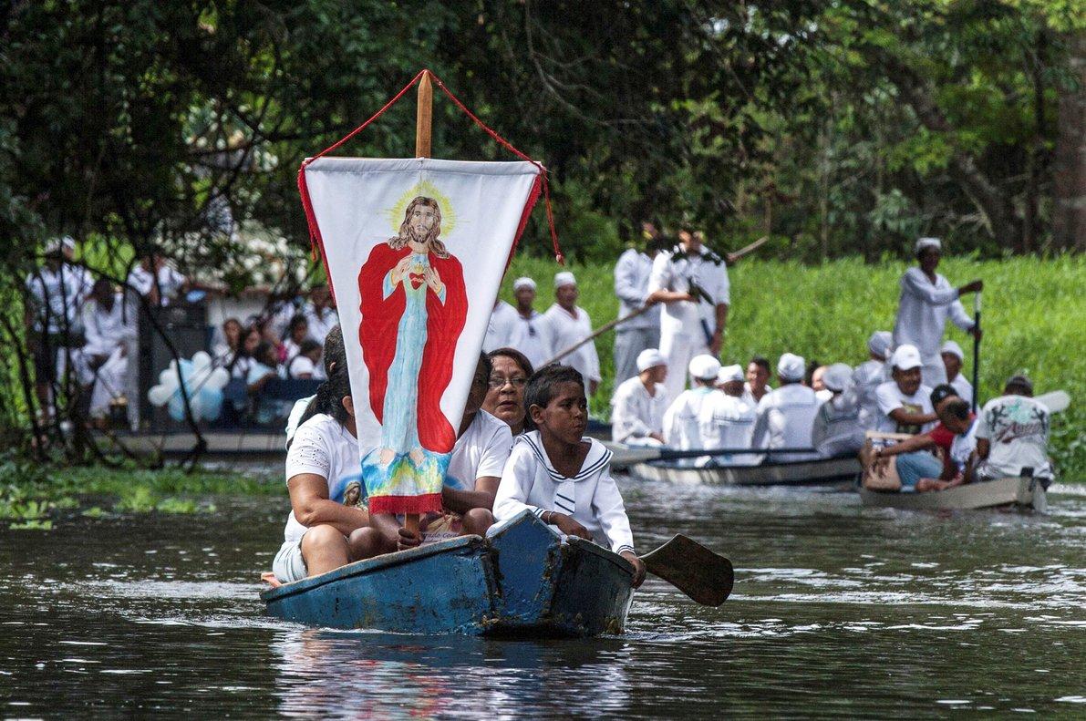 Procesión religiosa en el río Caraparu, en Santa Isabel do Para, en la selva amazónica.
