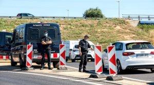 Control policial en la A-2 para vigilar la entrada y salida de vehículos tras el cierre del Segrià por el rebrote de covid.