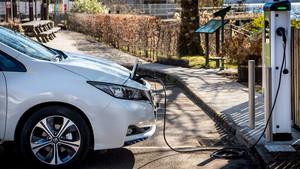 Todas las gasolineras estarán obligadas a tener puntos de recarga de coche eléctrico como este.