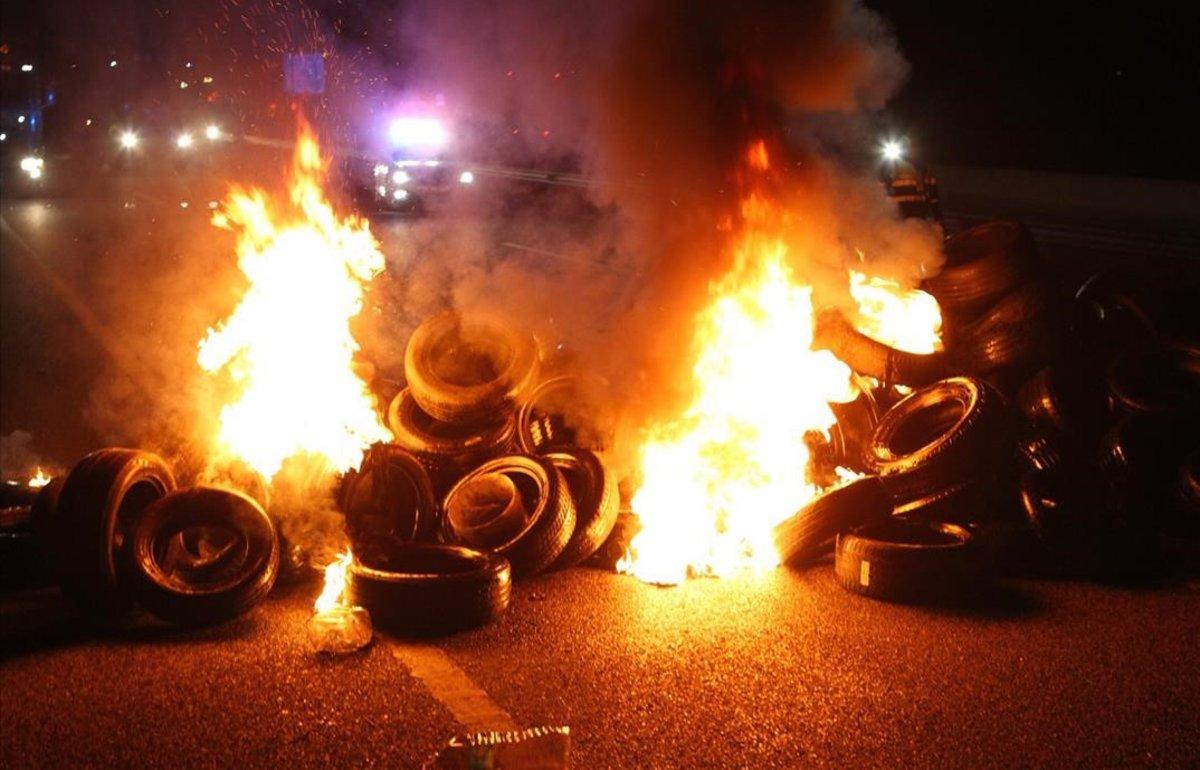 Quema de neumáticos en una carretera cerca de Figueres.