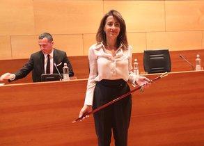Raquel Sánchez con la vara de alcaldesa después de ser reelegida para el cargo, este sábado en Gavà.