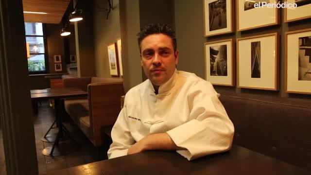 El xef del restaurant Fan Ho, Marcelino Jiménez, explica com fa la recepta del dumpling de gamba i bolets.
