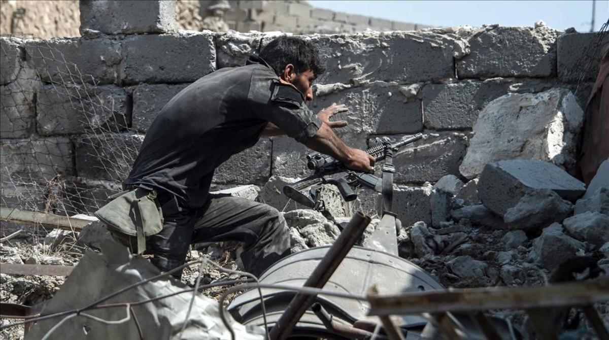 Un miembro del Ejército iraquí en la Ciudad Vieja de Mosul.