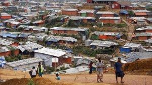 Refugiados rohingyácaminan en el campo de Kutubpalang, en Bangladés.