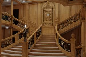 Réplica de la gran escala central del Titanic, para los pasajeros de primera clase.