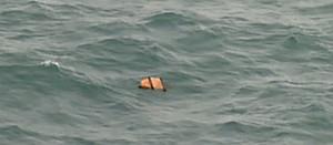 Restos del avión de AirAsia hallados en el mar de Java.