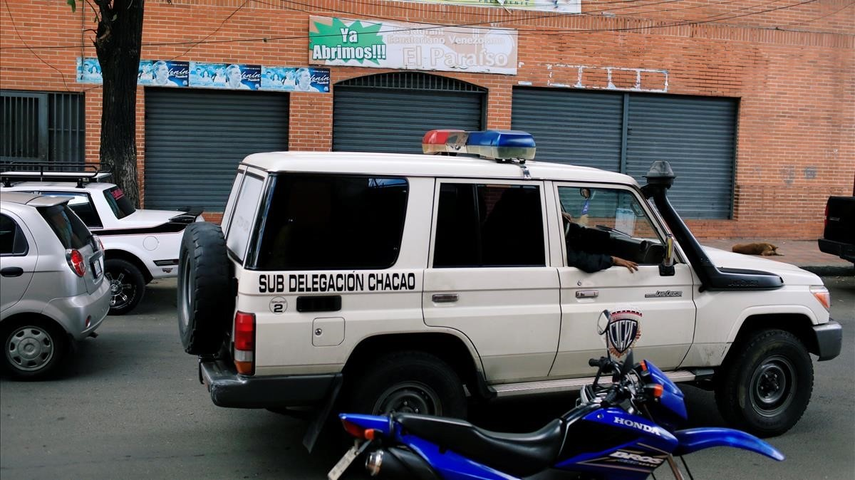 Un vehículo policial frente a la sala de fiestas Los Cotorros.
