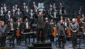 El director HK Gruber muestra la partitura de Der Prozess al final de la intepretación de esta ópera de Gottfried von Einem, en el Festival de Salzburgo.
