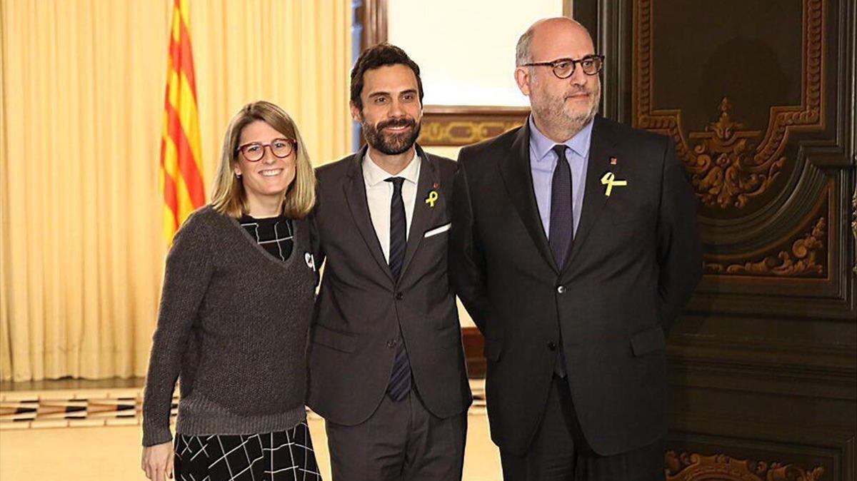 Roger Torrent, con Elsa Artadi y Eduard Pujol, de Junts per Catalunya, en el Parlament.