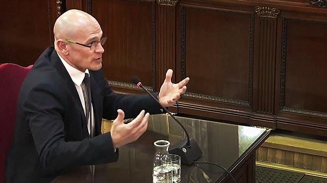 El exconseller de Acción Exterior Raül Romeva se ha presentado ante el tribunal del procés como un preso político, de manera que no va responder a la Fiscalía porque, al igual que hizo el exvicepresidente Oriol Junqueras, considera que se enfrenta a un juicio político.