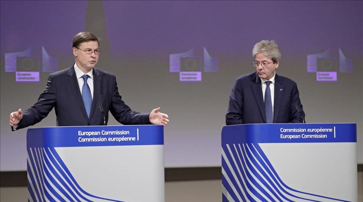 El vicepresidente de la Comisión Europea, Valdis Dombrovskis, y el comisario de Economía, Paolo Gentiloni, en la rueda de prensa de este miércoles.