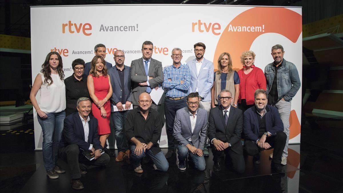 Los principales presentadores de TVE-Catalunya y Ràdio 4, con Carles González (centro), director de RTVE en Catalunya.