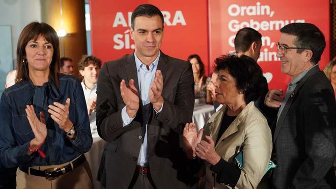 Sánchez se ha comprometido a no pactar con los populares en un acto con candidatos vascos celebrado en un hotel de Vitoria, ciudad que también visitará este mismo viernes el líder del PP, Pablo Casado.