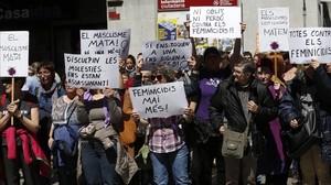 Minuto de silencio en la plaza del ayuntamiento de Sant Feliu de Llobregat por la mujer asesinada por su exnovio.
