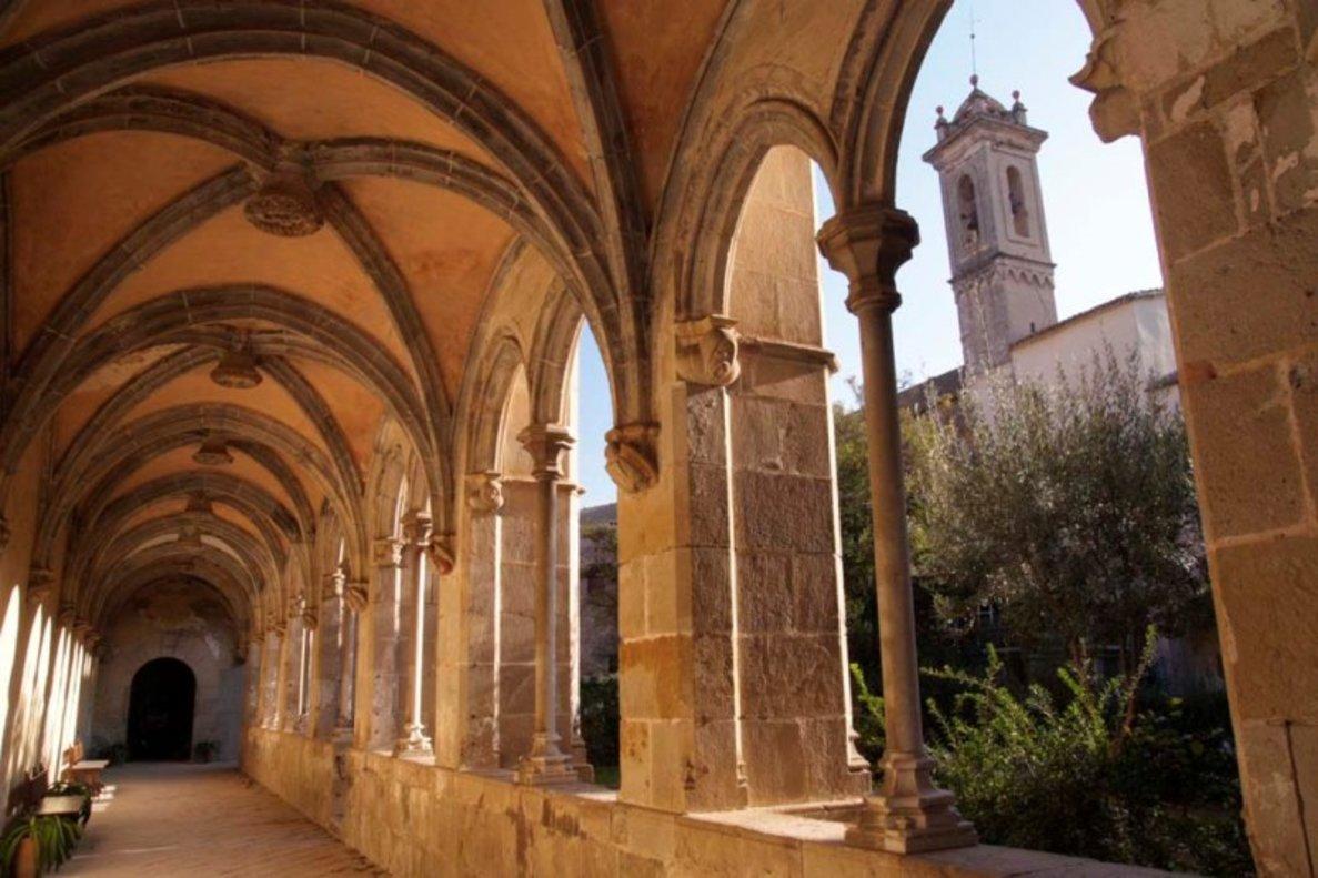 Claustro del monasterio de Sant Jeroni de la Murtra en Badalona.