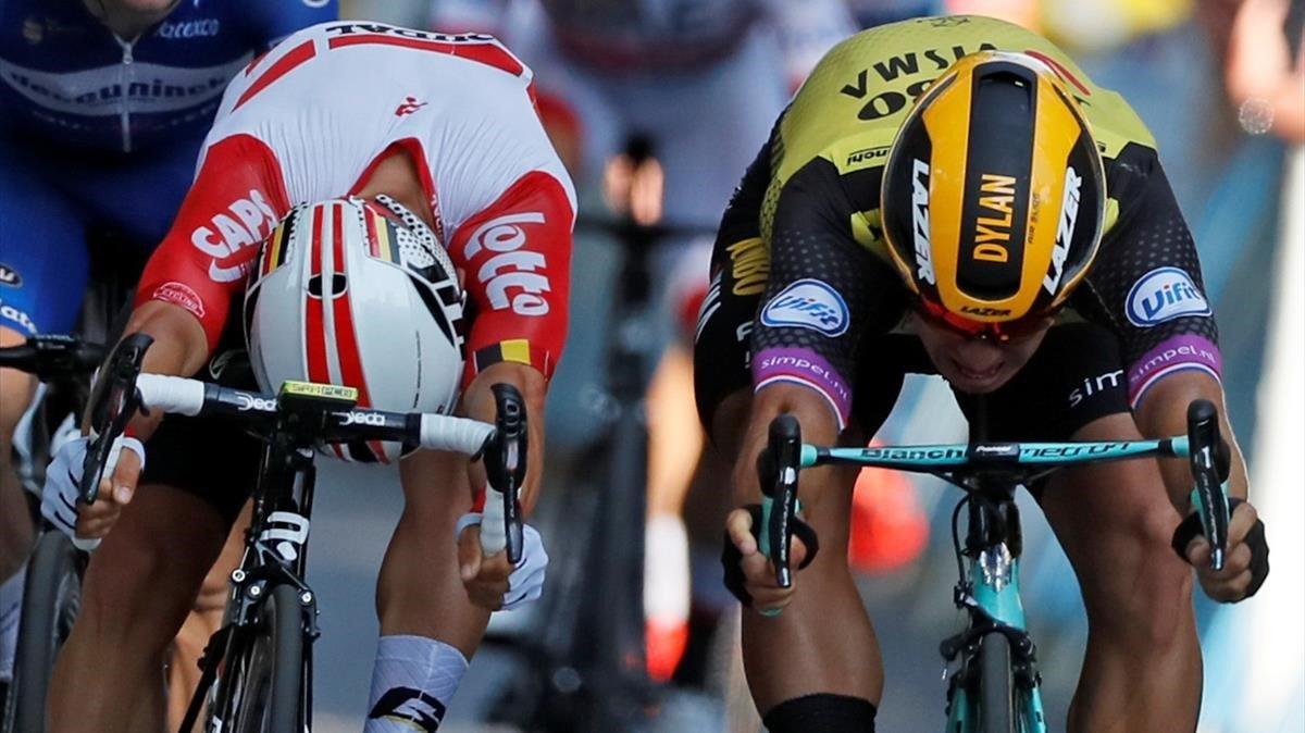 Ewan, a la izquierda, supera a Groenewegen en la llegada de Toulouse.