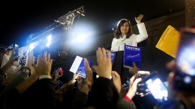 Seguidores de Cristina Fernández llenan la calle en la presentación de su libro.