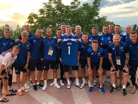 La selección de Islandia posa con una camiseta con el nombre de Ikeme, portero de Nigeria que sufre leucemia
