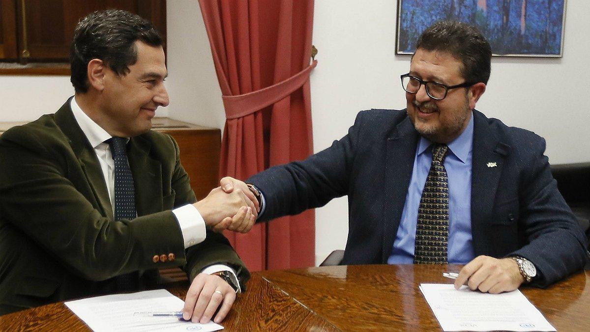 Francisco Serrano, de Vox, estrecha la mano del líder del PP en Andalucía, Juanma Moreno.
