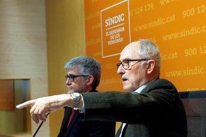 El Síndic de Greuges, Rafael Ribó, y su adjunto, Jaume Saura, en la rueda de prensa sobre los lazos amarillos.