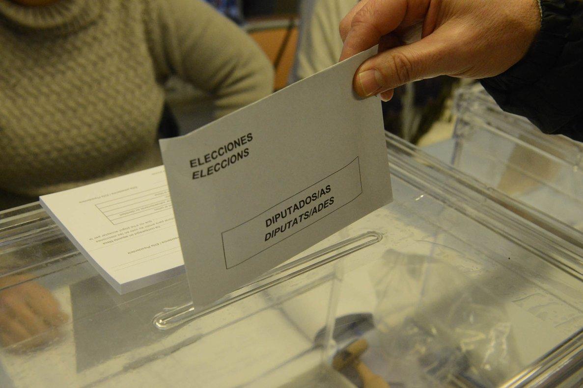 Sobre electoral depositado en una urna.